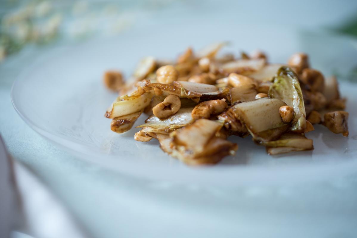 Sauté d'endives, sauce soja et noix de cajou