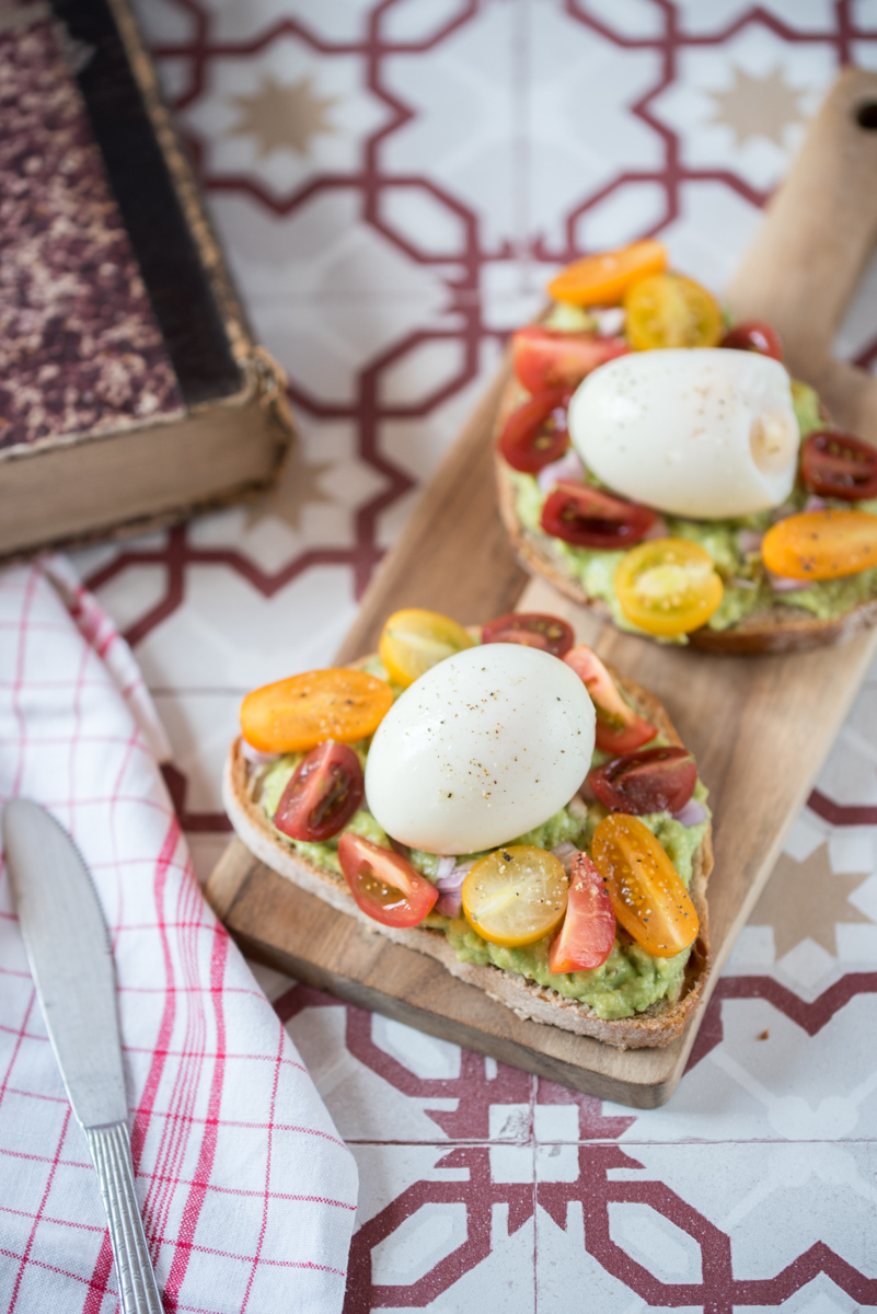 Tartines garnies (avocat, oeuf, tomates cerises)