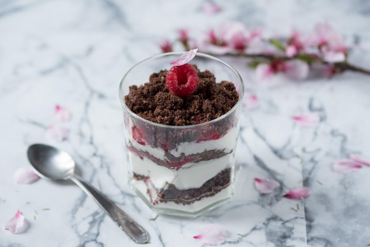 Verrines framboises et crumble au chocolat