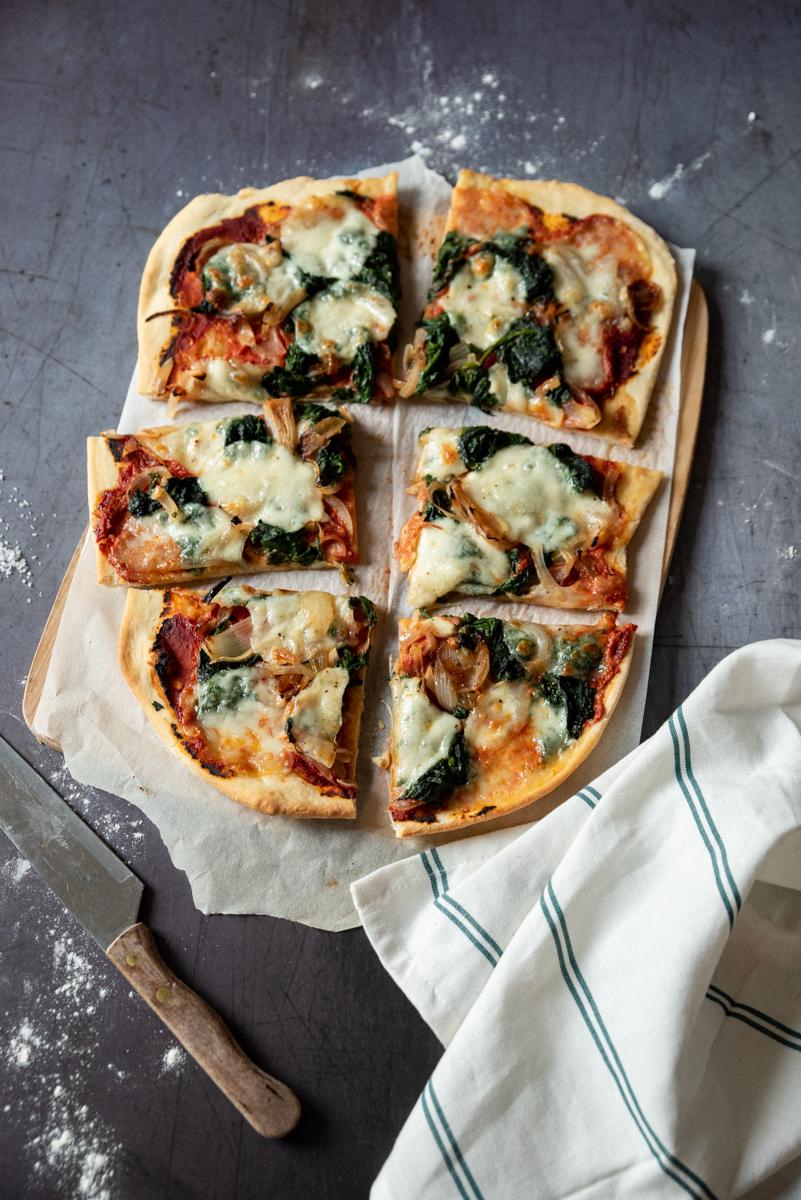 pizza aux épinards découpée